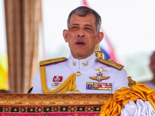 थाइलैंड के राजा 20 महिलाओं के साथ एक होटल में हैं बंद